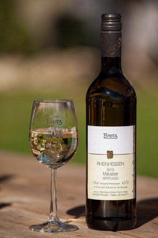 Weingut-Bretz-Braune-Flasche-mit-Glas