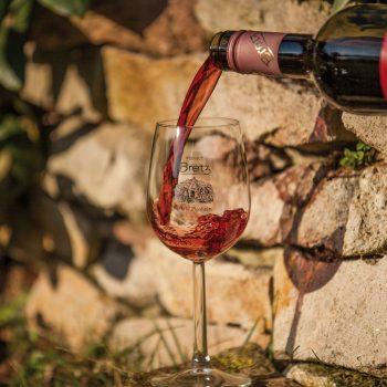 Weingut-Bretz-Rotwein-Einschenken