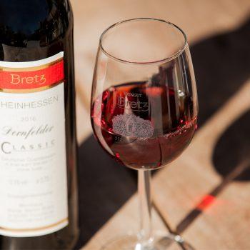 Weingut-Bretz-Rotwein-Flasche-und-Glas