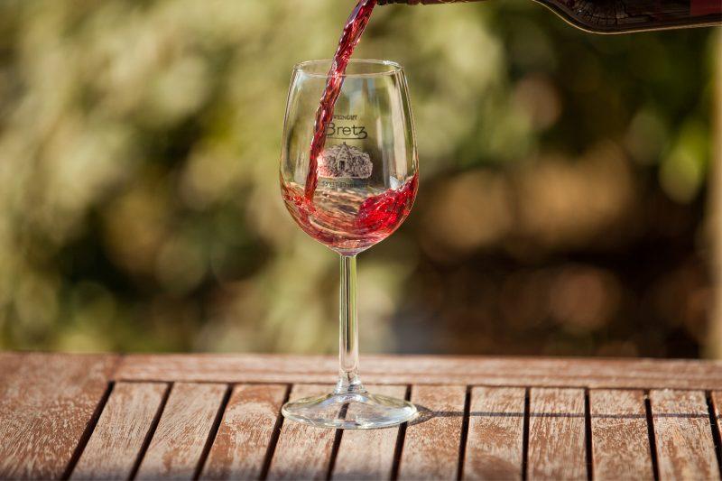 Weingut-Bretz-Rotwein-Glas-Einschenken