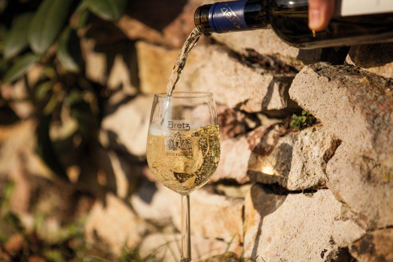 Weingut-Bretz-Weißwein-Einschenken